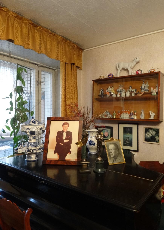 Гостиная. Фрагмент экспозиции. Рояль «Мюльбах», награды А. Миронова и его портрет