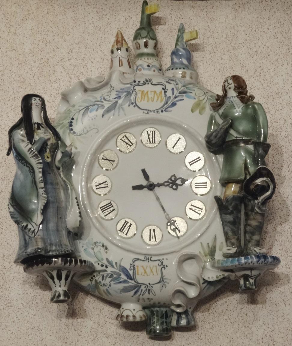 Гостиная. Настенные керамические часы, заказанные и подаренные А. Мироновым родителям