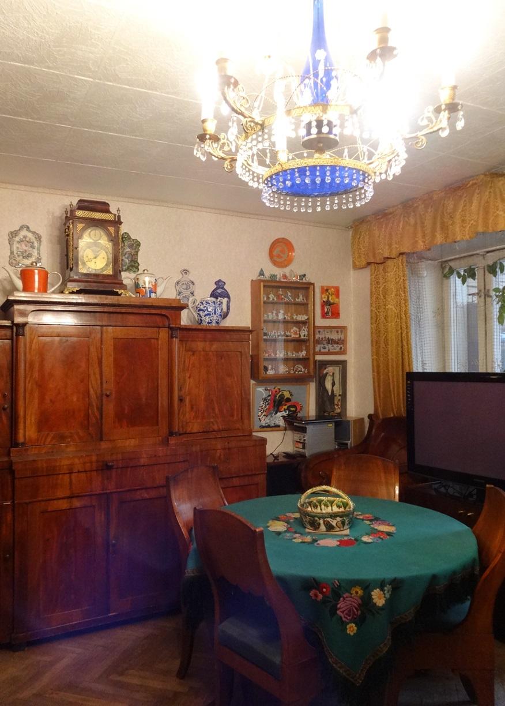 Гостиная. Фрагмент экспозиции. Старинный буфет, знаменитый стол, изысканная люстра