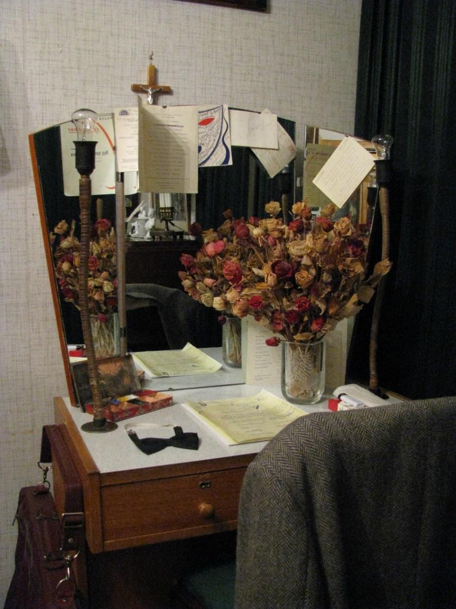 Стол Андрея Миронова с  гримировальными принадлежностями и вещами
