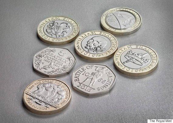Череп Йорика с розой, корона и меч, шутовской колпак и скипетр на двуфунтовых юбилейных монетах, посвященных Шекспиру