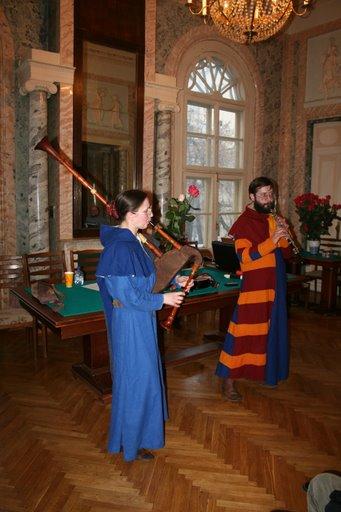 Группа «Avis Dei» виртуозно исполнила концертную программу «Средневековая и раннеренессансная музыка Европы». Жемчужиной их выступления стало исполнение пьесы «Зеленые рукава».